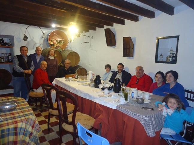 Participantes en el desayuno con aceite de oliva y acebuchina.