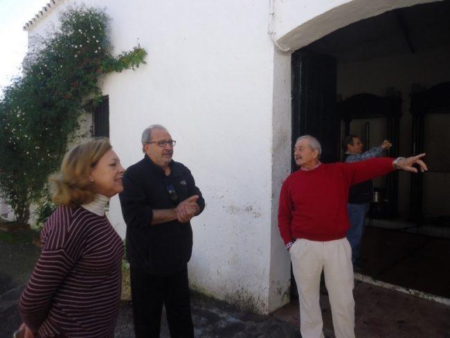 Laureano Sígler y Paqui Velázquez guían a García Barbeito en el molino de aceite.