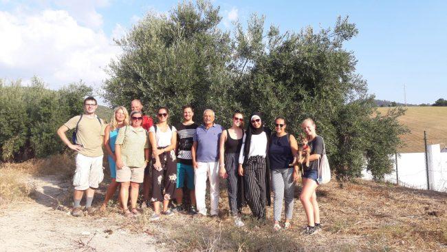 El grupo de alumnos, con el gerente de la almazara.